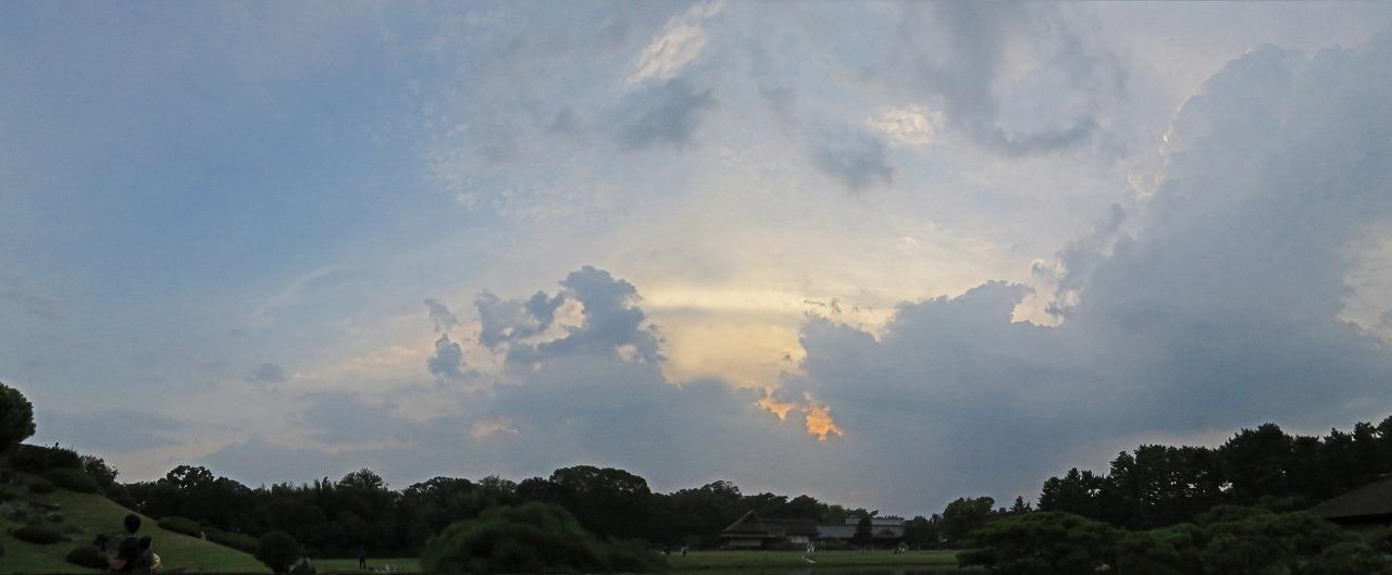 s-20150811 後楽園今日の幻想庭園日暮れの空模様ワイド風景 (1)