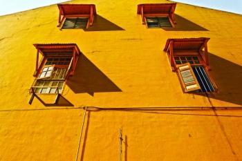黄色い壁と窓