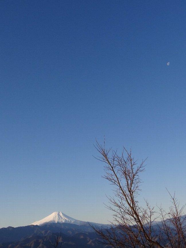 d 富士山と月(左上)