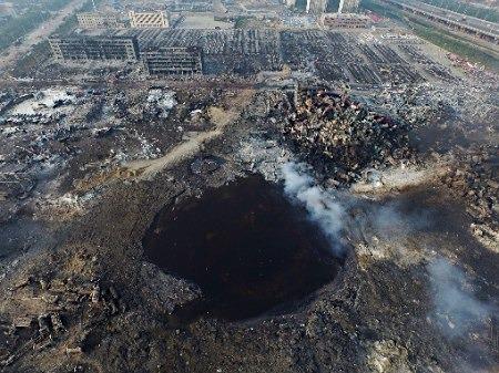 天津爆発後の巨大な穴