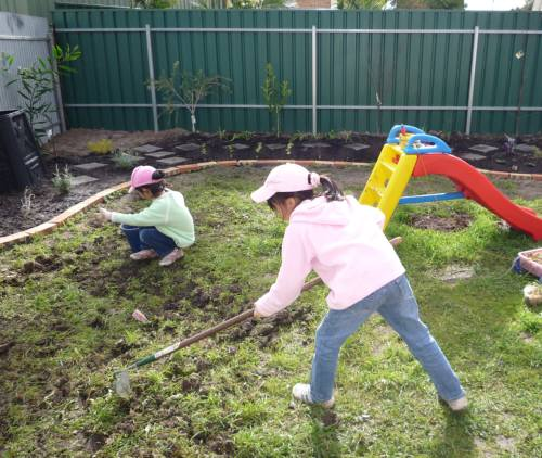 二人で庭掘り