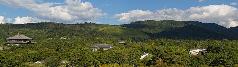 奈良県庁から見る奈良公園、左から東大寺・二月堂・若草山・御蓋山を望む