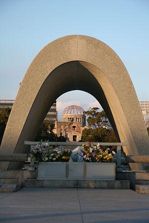 慰霊碑より原爆ドームを臨む。