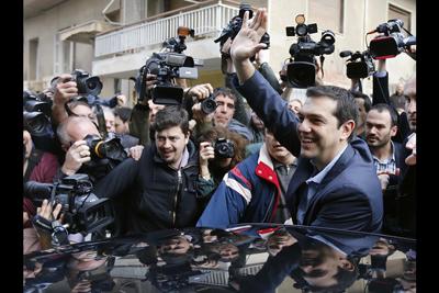 Alexis-Tsipras-assailli-par-les-medias.jpg