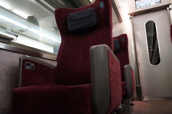 重厚な座席