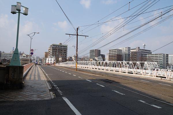 橋を東進中