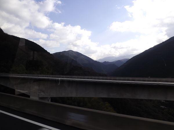 四国山地を傍らに