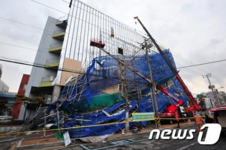 【韓国】浦項市で病院のリフォームを行っていた工事現場で、ケンチャナヨが発動し『安全フェンス』が崩壊して作業員3人が負傷