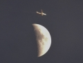山から見えた月と飛行機