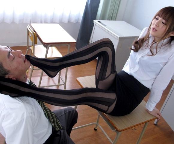 美人過ぎるエロ女教師がムチムチのパンスト美脚で足コキのサンプル足フェチDVD画像1