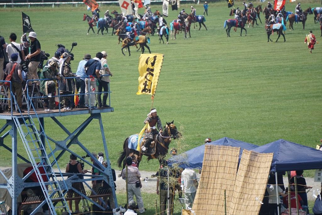 同じタイミングで黄色の旗をとった騎馬武者_1
