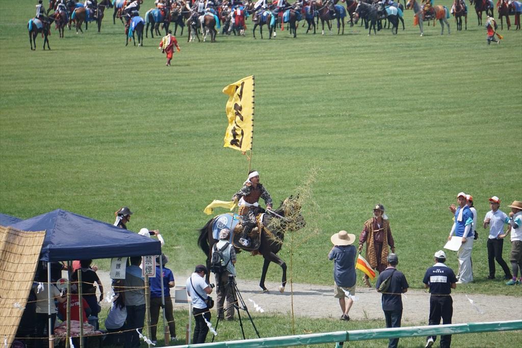 同じタイミングで黄色の旗をとった騎馬武者_2