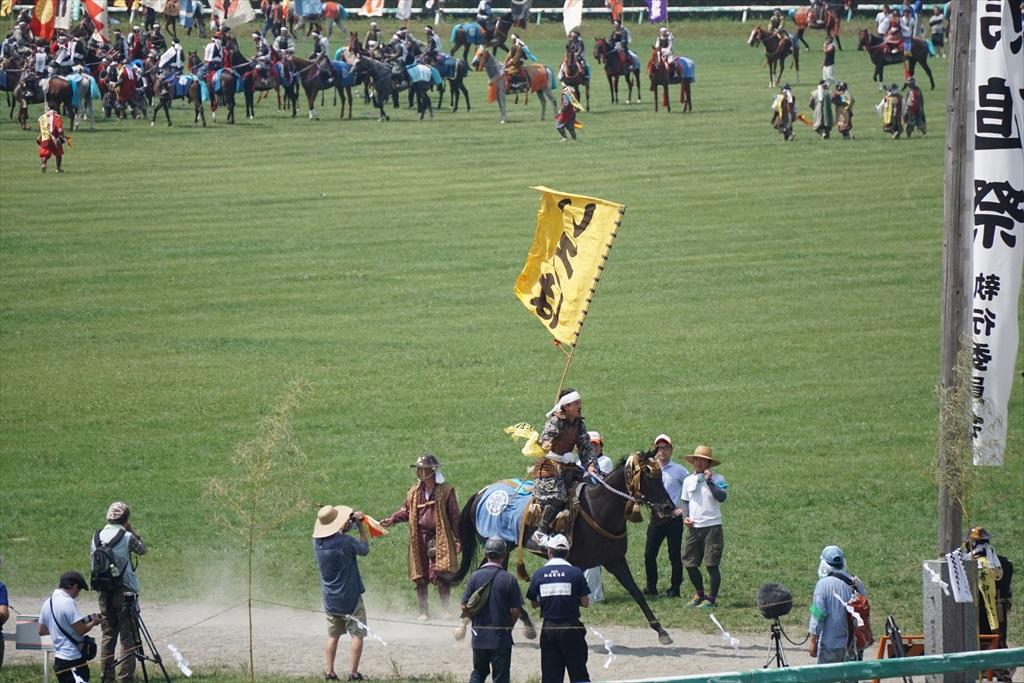 同じタイミングで黄色の旗をとった騎馬武者_4