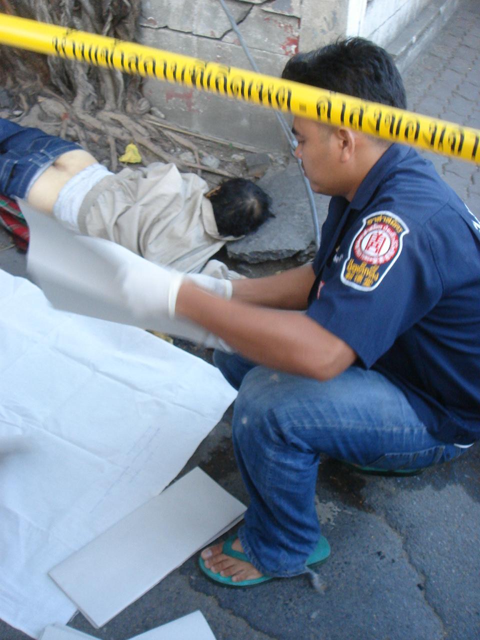 街なかで発見された死体の回収。