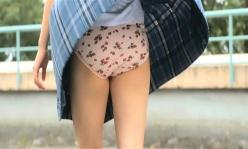 チカコのスカートが風でめくられ