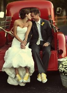 結婚式写真ポーズ_ユニーク_おちゃめ_スニーカーを見せる