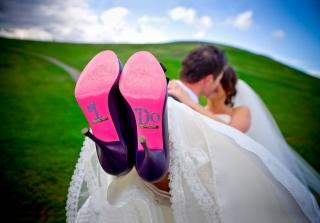 結婚式写真ポーズ_ユニーク_おちゃめ_靴底見せる