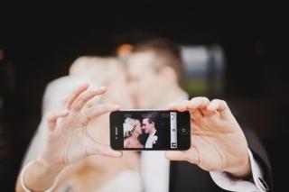 結婚式写真ポーズ_ユニーク_新郎新婦iphone自撮り