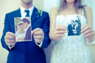 結婚式写真ポーズ_両親の結婚式写真_ユニーク_おちゃめ_かわいい_手でLOVEサイン
