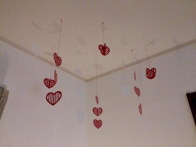 北欧の切り紙 手作りモビール ハートモチーフ ハンドメイド 簡単ペーパークラフト バレンタイン 夜リビング