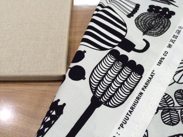 セリアseria 100円ファブリックボード 簡単ファブリックパネル手作り マリメッコmarimekko PUUTARHURIN PARHAAT