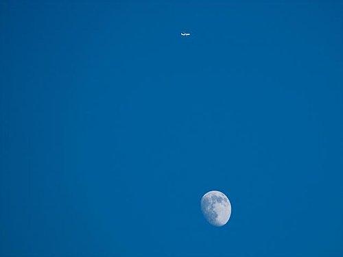 月 飛行機