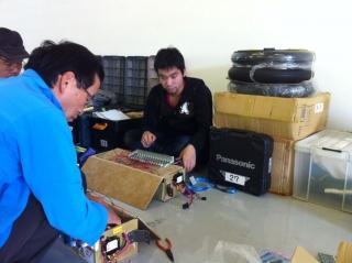 バッテリー配線と基盤の変更の様子