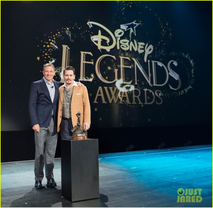 johnny-depp-makes-surprise-appearance-at-disney-d23-expo-01.jpg