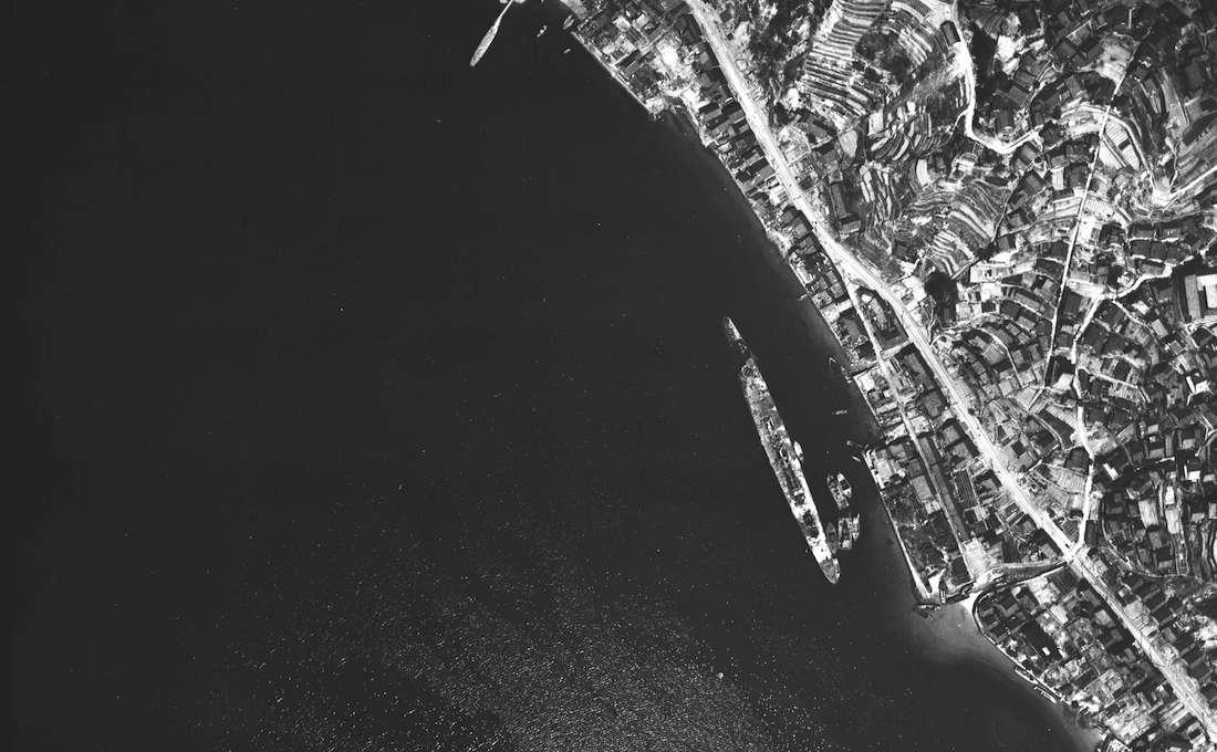 呉で大破着底した重巡洋艦・青葉(拡大)