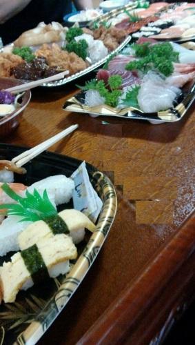 お盆に刺身や寿司