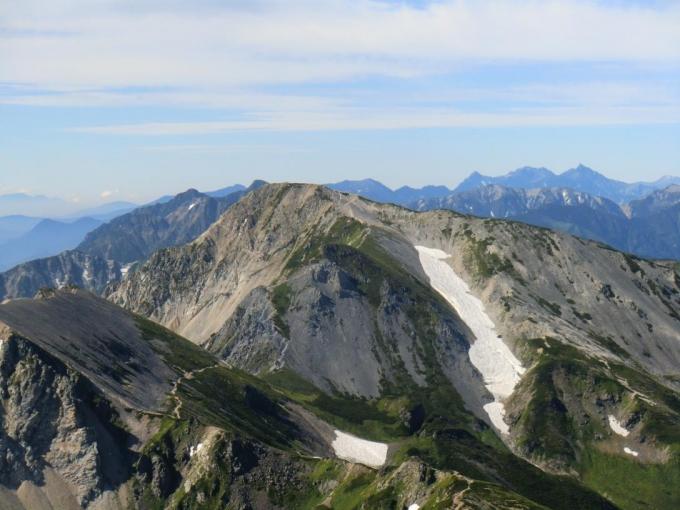白馬三山への縦走路を見ながら
