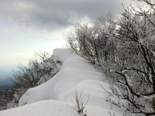 駒ヶ岳の下の雪庇