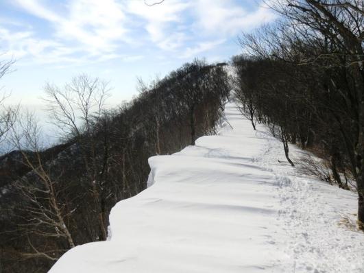長七郎山頂手前の雪庇