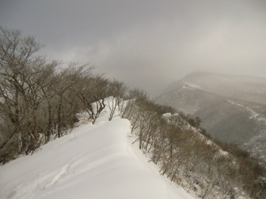 雪庇と荒山、見えないって