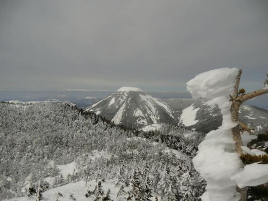 蓼科山と背後に北アルプス