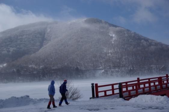 大沼、雪煙上がる
