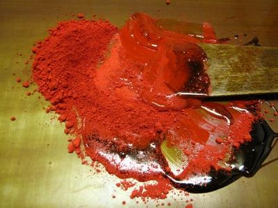 漆塗り、透き漆と朱の顔料を混ぜる。