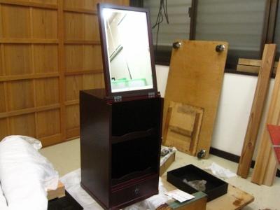 漆塗り、朱溜塗りの化粧箱、蓋をあけると鏡台になる