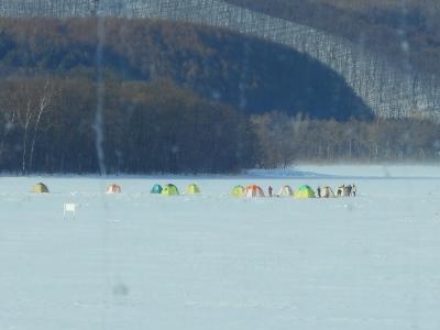 ワカサギ釣りのテントが並ぶ網走湖