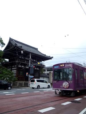 広隆寺と路面電車1508