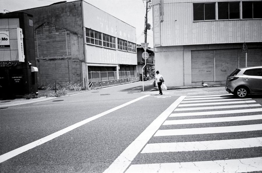 横断歩道と廃屋