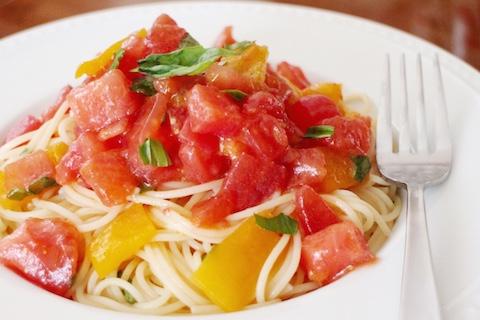 トマトとバジルとパプリカの冷製パスタ