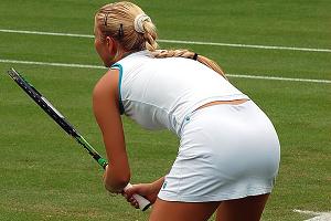 女子テニスプレイヤーの引き締まった体が余裕で