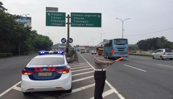 373365_seorang-polisi-sedang-mengatur-lalu-lintas-di-jalan-tol-_663_382.jpg