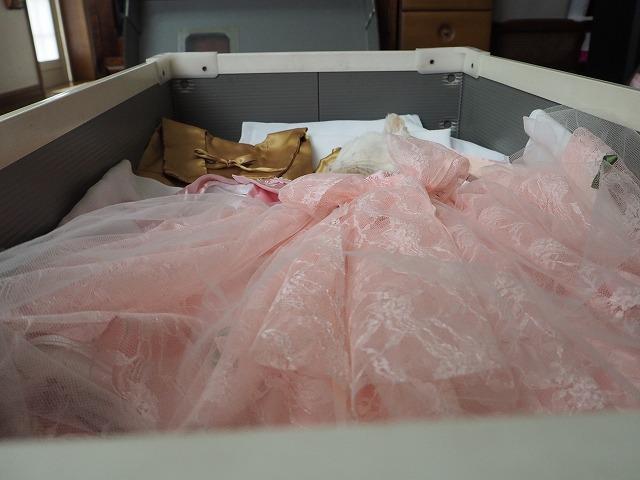 ピンクのドレスと金のちゃんちゃんこ