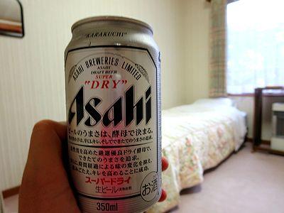 部屋で缶ビール