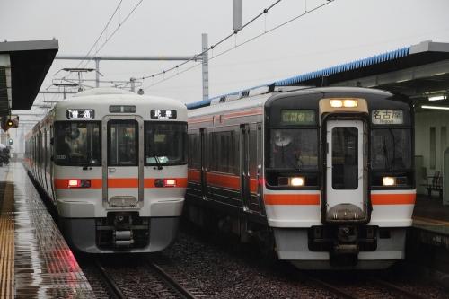 武豊線一番電車・緒川駅での離合