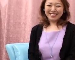 ズームアップしたスレンダー三十路熟女宮下綾FC2動画