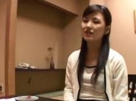 若妻温泉不倫旅行。凛とした雰囲気の若妻と駅で待ち合わせ車で某温泉街へFC2動画