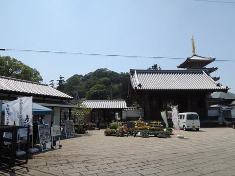 仏生山法然寺の境内